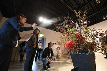オープニングイベント「ギャラリーツアー」風景 photo: 川名マッキー