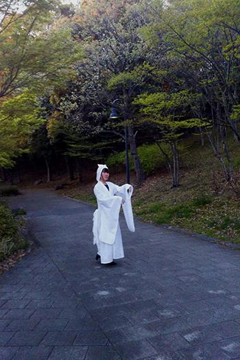「逆側の世界」パフォーマンスの衣装を着けて青少年が都筑の公園で試演中。