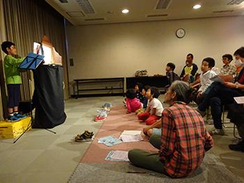 図書館でプレイベントの紙芝居ライブ