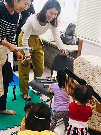 楽器体験を楽しむ親子